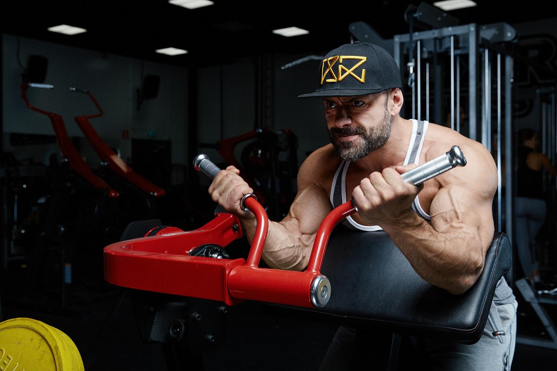 Dubbel bicepstillväxt av att fokusera på kontakt