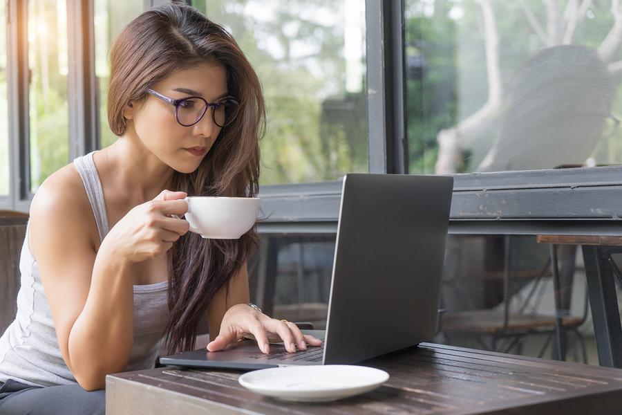 kvinna dricker kaffe
